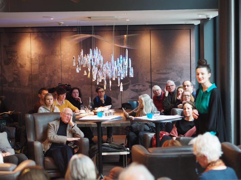 Grossandrang bei «Lyrik am Kaminfeuer» mit der Lyrikgruppe - hier Simone Lappert