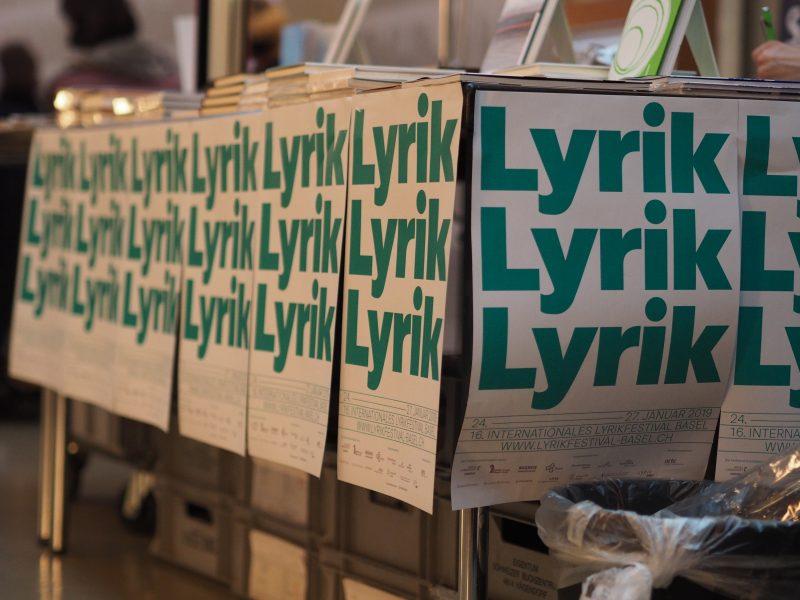 Auf, am und unter dem Büchertisch: Lyrik, Lyrik, Lyrik.